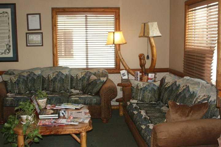 Hamblin's Body Paint & Frame 7590 Cypress Ave  Riverside, CA 92503  A WARM AND COMFORTABLE WAITING AREA AWAITS YOU.....