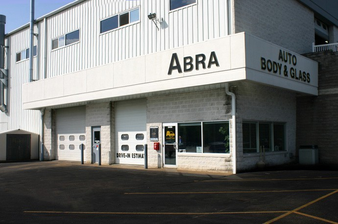 abra-auto-body-collision-glass-windshield-paintless-dent-repair-shop-location-Dubuque-IA-52003