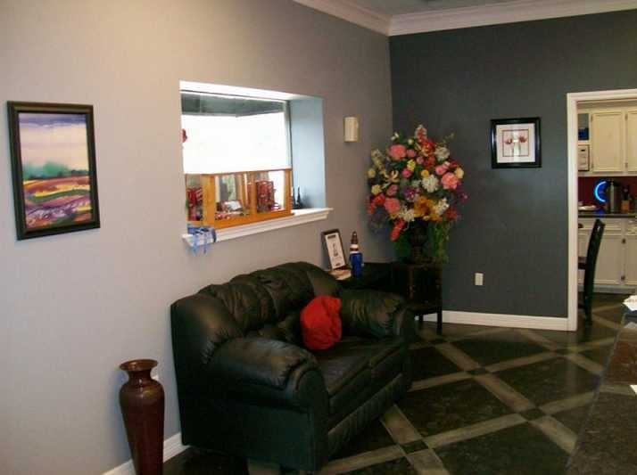The waiting area at our body shop, located at Port Neches, TX, 77651 is a comfortable and inviting place for our guests.