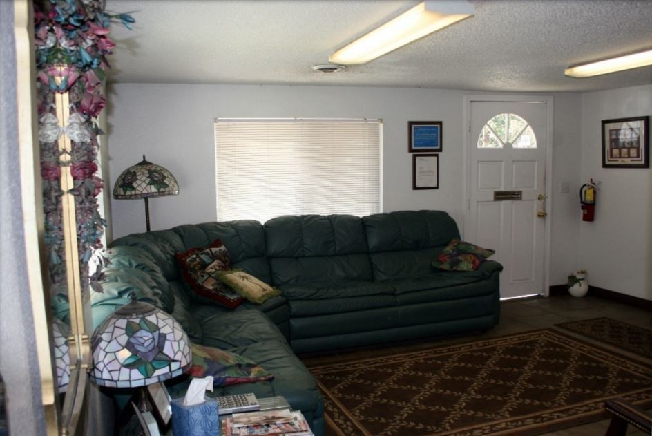 The waiting area at our body shop, located at Pensacola, FL, 32505 is a comfortable and inviting place for our guests.